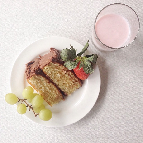 Fresh fruit + kefir + cake = breakfast of champions ;)
